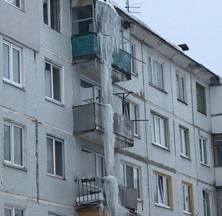Гигантская сосулька в Брянске создала резонанс в соцсетях