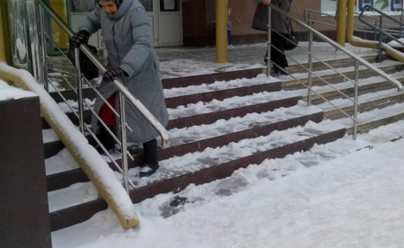 В Кузбассе выясняются причины падения козырька подъезда на пенсионерку