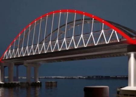 Российский триколор украсил Крымский мост