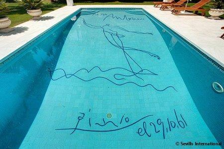 В Испании продают виллу с автографом Пабло Пикассо на дне бассейна
