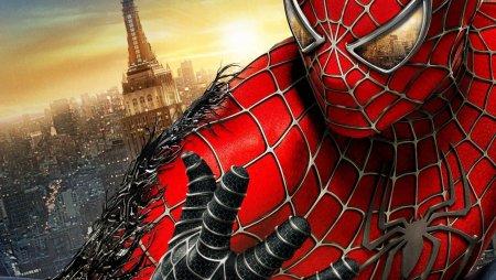 Человек-паук и Чудо-женщина украсили здание Москвы