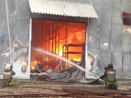Серьезный пожар произошел сегодня на складе в Петербурге
