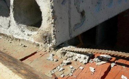 Женщину придавило бетонной плитой на стройке в центре Москвы
