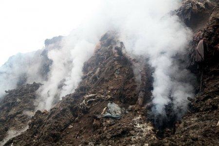 Три вертолета тушат очаги тления на подмосковном полигоне ТБО