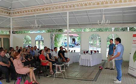 Директор Юнис Групп Рашит Насыров приветствует партнёров