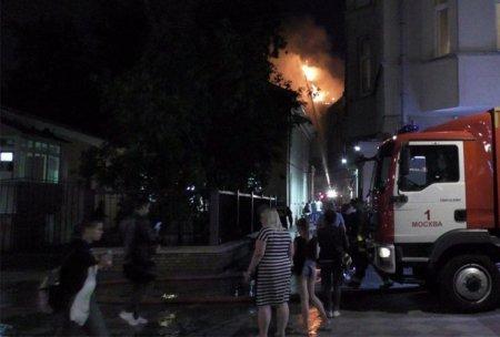 Ночью в центре Москвы спасатели боролись с мощным пожаром