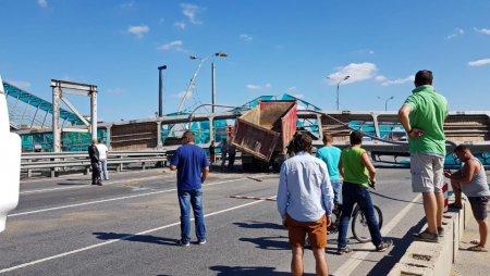 На Ярославском шоссе рухнул пешеходный мост — автомобильное движение перекрыто