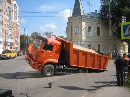 К каким последствиям привел провал грузовика под асфальт на Большой Ордынке