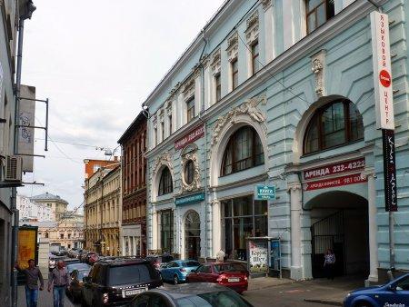 Медведев включил магазины в центре Москвы в пилотный проект tax free