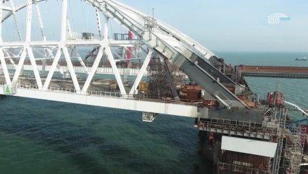 Обрушился железнодорожный пролет Крымского моста