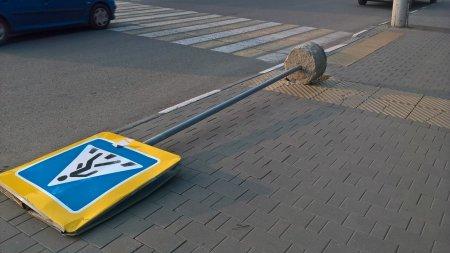 На Якиманке на молодого человека рухнул дорожный знак