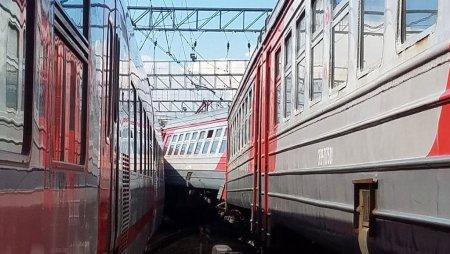 На Ленинградском вокзале Москвы вагон поезда сошел с рельсов