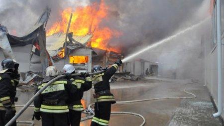 Потушен крупный пожар на мебельном складе в Керчи